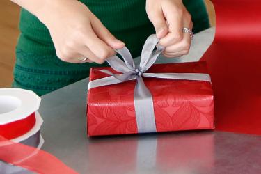Geschenk mit Schleife verzieren