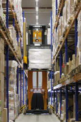 Im Schmalganglager kann eine größere Zahl von Produkten auf einer kleineren Fläche gelagert werden